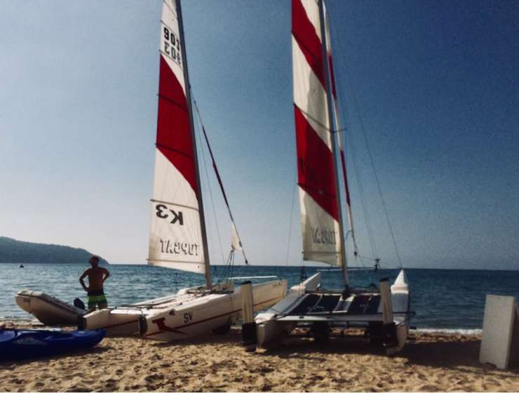 In Catamarano o in barca a vela all'Isola d'Elba nella baia di Procchio.